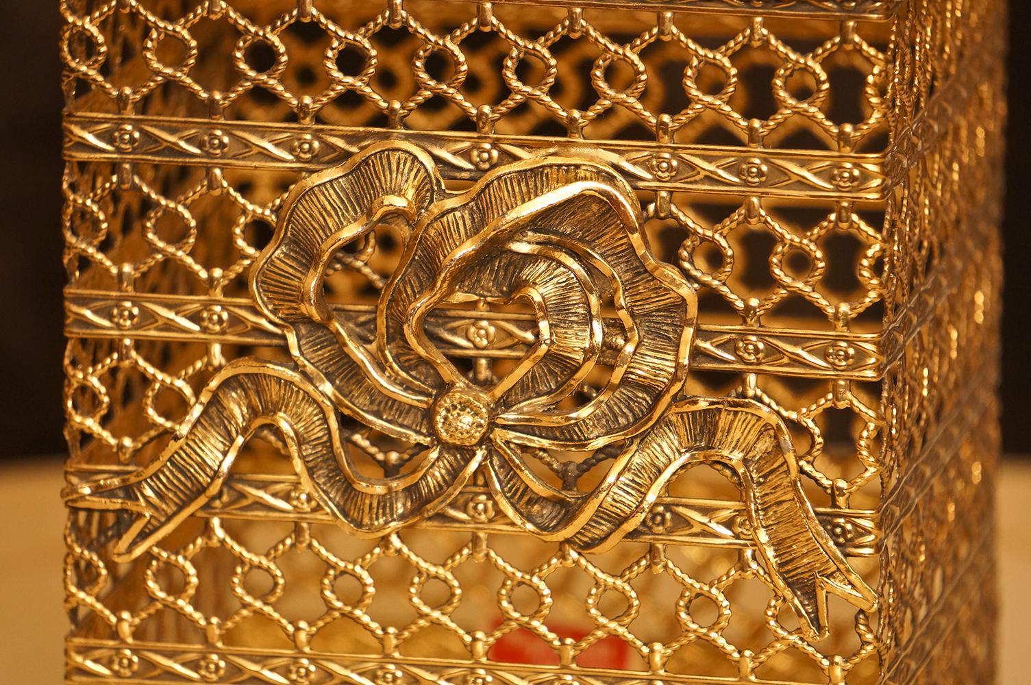 スタイルビルト製 ゴールド リボン 正方形ティッシュボックス 拡大
