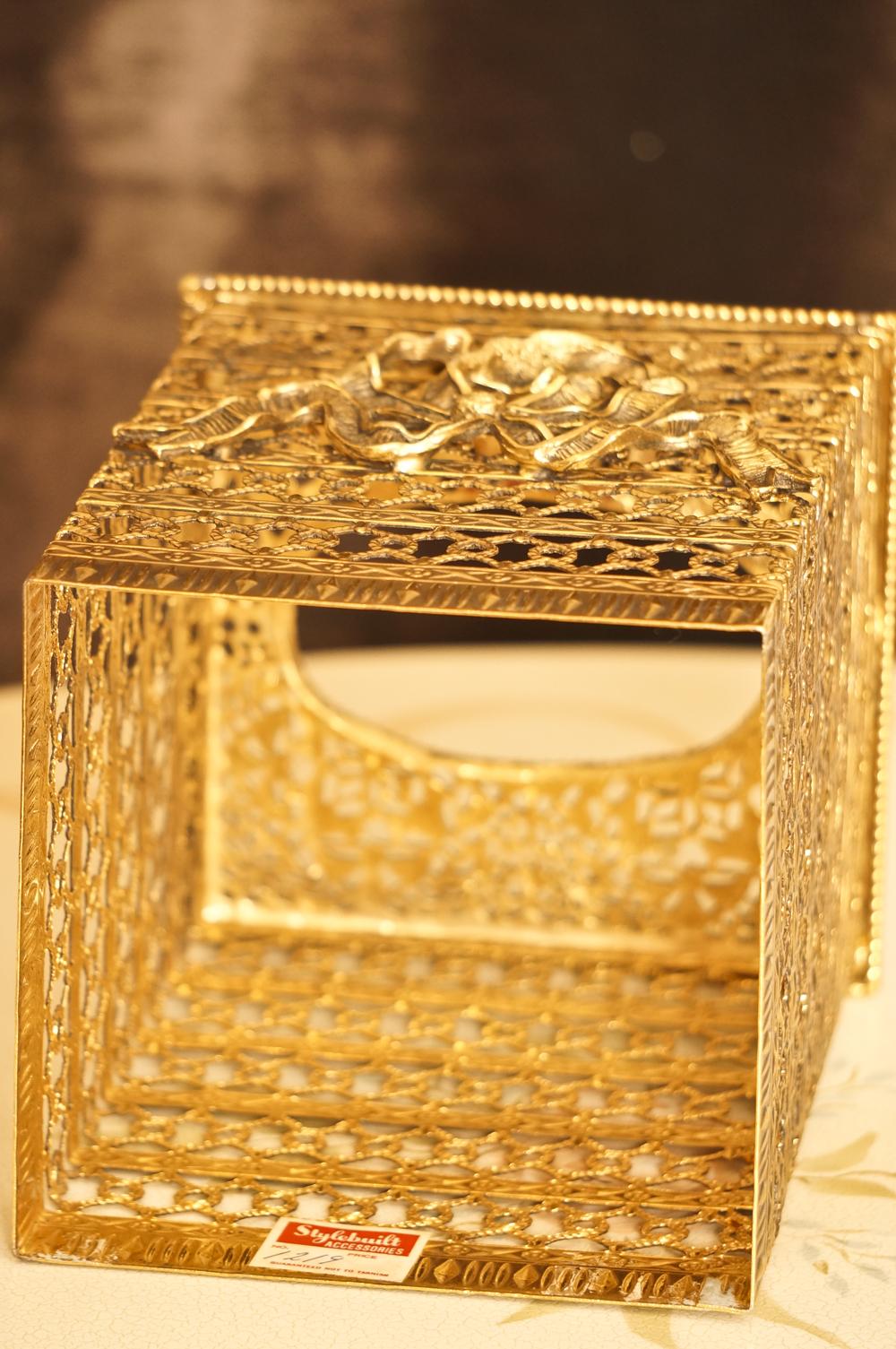 スタイルビルト製 ゴールド リボン 正方形ティッシュボックス 裏側