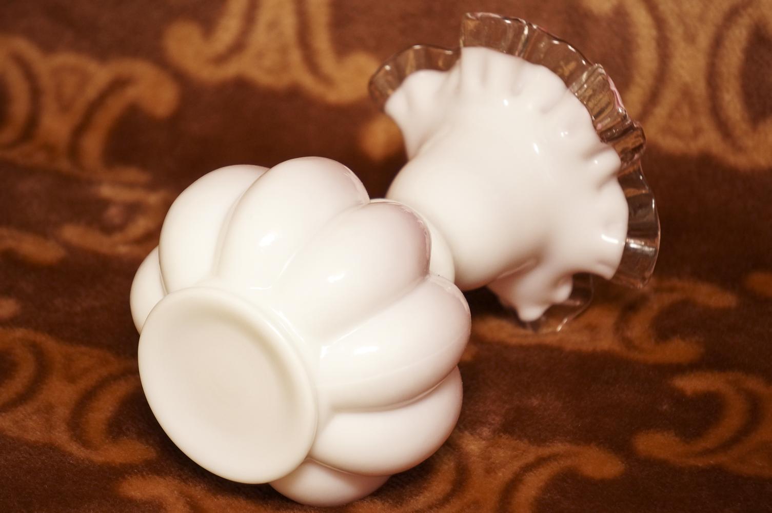 フェントン製 ミルクガラス ピンク フリル 花瓶 裏側
