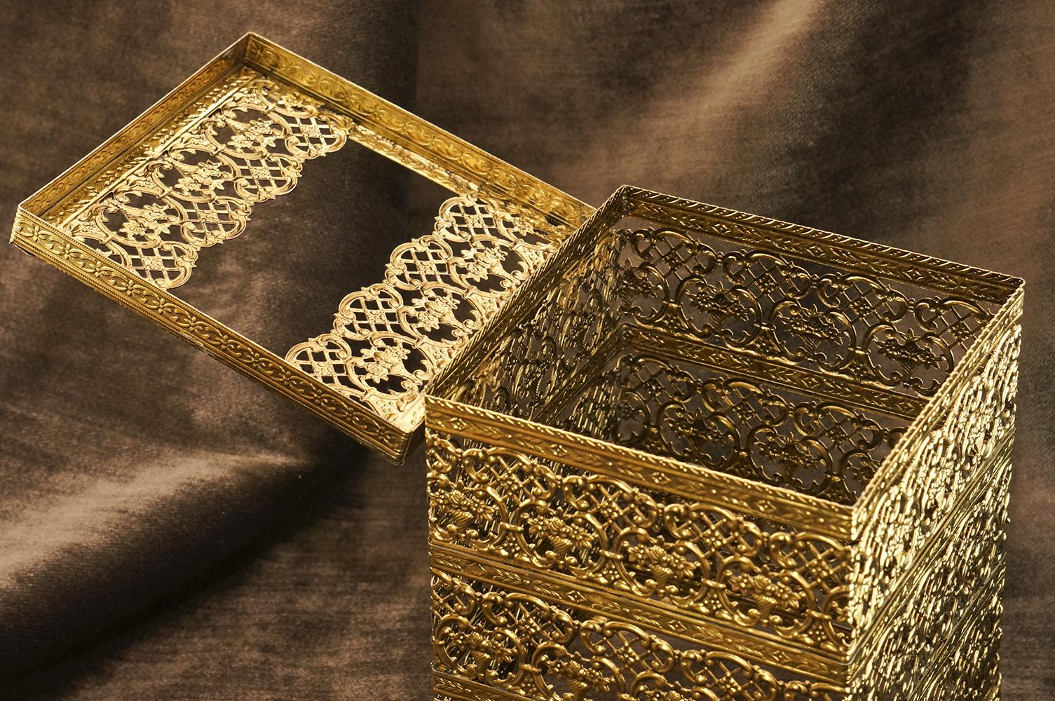 マトソン製 ゴールド 正方形 脚付き ティッシュボックス 開けた状態