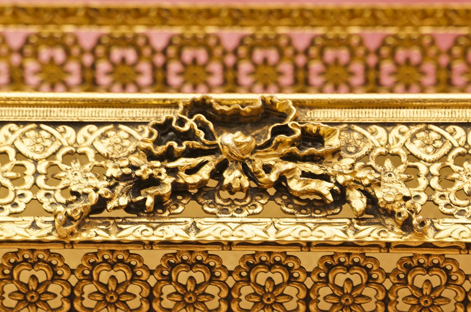 スタイルビルト製 ゴールド フラワーリボン ティッシュボックス 拡大