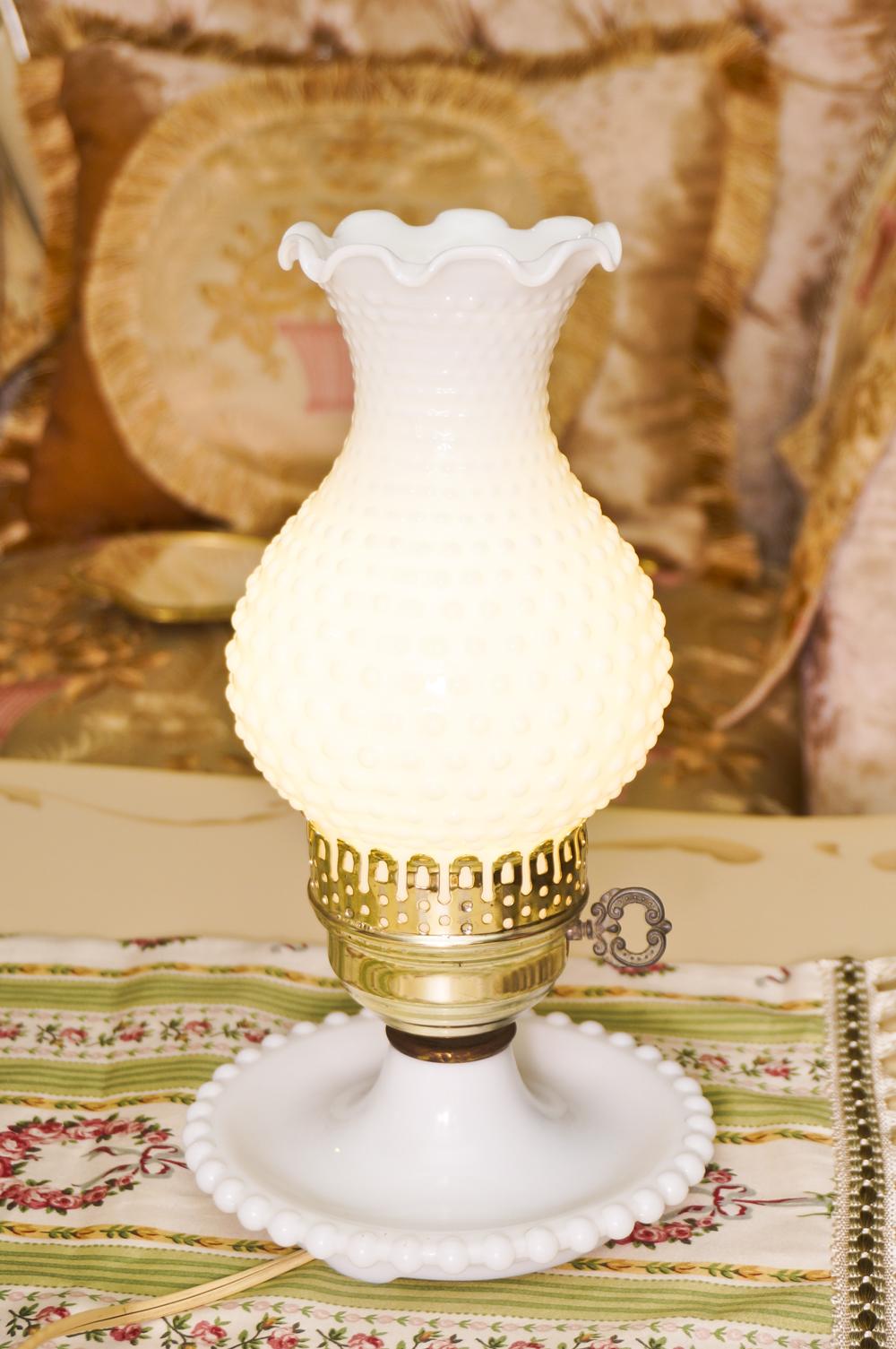 フェントン製 ホブネイルミルクグラス テーブルランプ